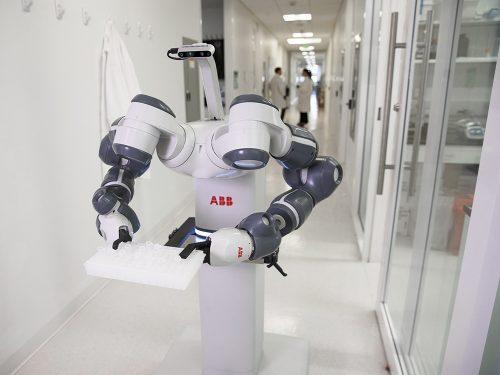 ABB พัฒนาหุ่นยนต์ทำงานเคียงข้างมนุษย์ในโรงพยาบาล